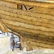 Detalj av en båt med inskriften Binz.