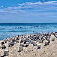 Strandstolar på stranden av Sellin.
