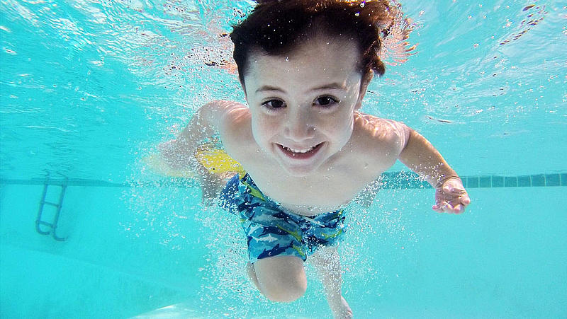 Child dives under water in the thermal bath Jasmund.